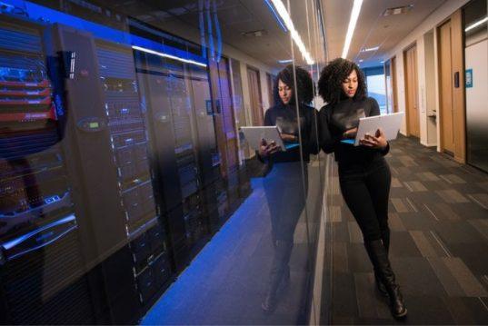 Chica consultando servidores en laptop