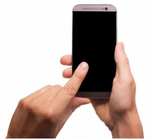 Manos tomando un celular